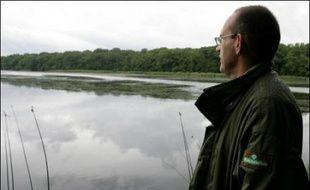 Le virus de la grippe aviaire H5N1, hautement pathogène, est soupçonné d'être à l'origine du décès de trois cygnes trouvés morts la semaine dernière sur un étang de la commune d'Assenoncourt (Moselle) où aucune protection particulière n'était visible mardi soir.