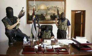 Les combattants du Hamas dans le bureau du président Mahmoud Abbas à Gaza, le 15 juin 2007 après leur prise de contrôle de la ville