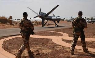 Des soldats de l'opération Barkhane observent la manoeuvre d'un drone américain Reaper sur une base militaire de Niamey, au Niger, le 2 janvier 2015