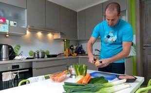 Un homme dans sa cuisine.