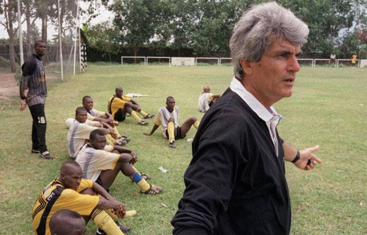 Le formateur Jean-Marc Guillou, avec les académiciens de l'Asec Abidjan le 10 mai 1999. – J.P.Ksiazek/AFP