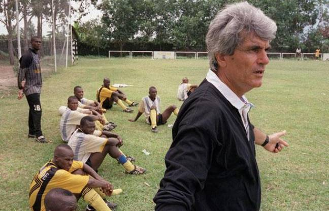 Le formateur Jean-Marc Guillou, avec les académiciens de l'Asec Abidjan le 10 mai 1999.