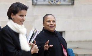 """La porte-parole du gouvernement Najat Vallaud-Belkacem a dénoncé mercredi """"une exploitation politicienne extrêmement choquante"""" au sujet des informations du Canard enchainé sur des pressions supposées de la ministre de la Justice Christiane Taubira pour que le procureur général de Paris François Falletti quitte son poste."""
