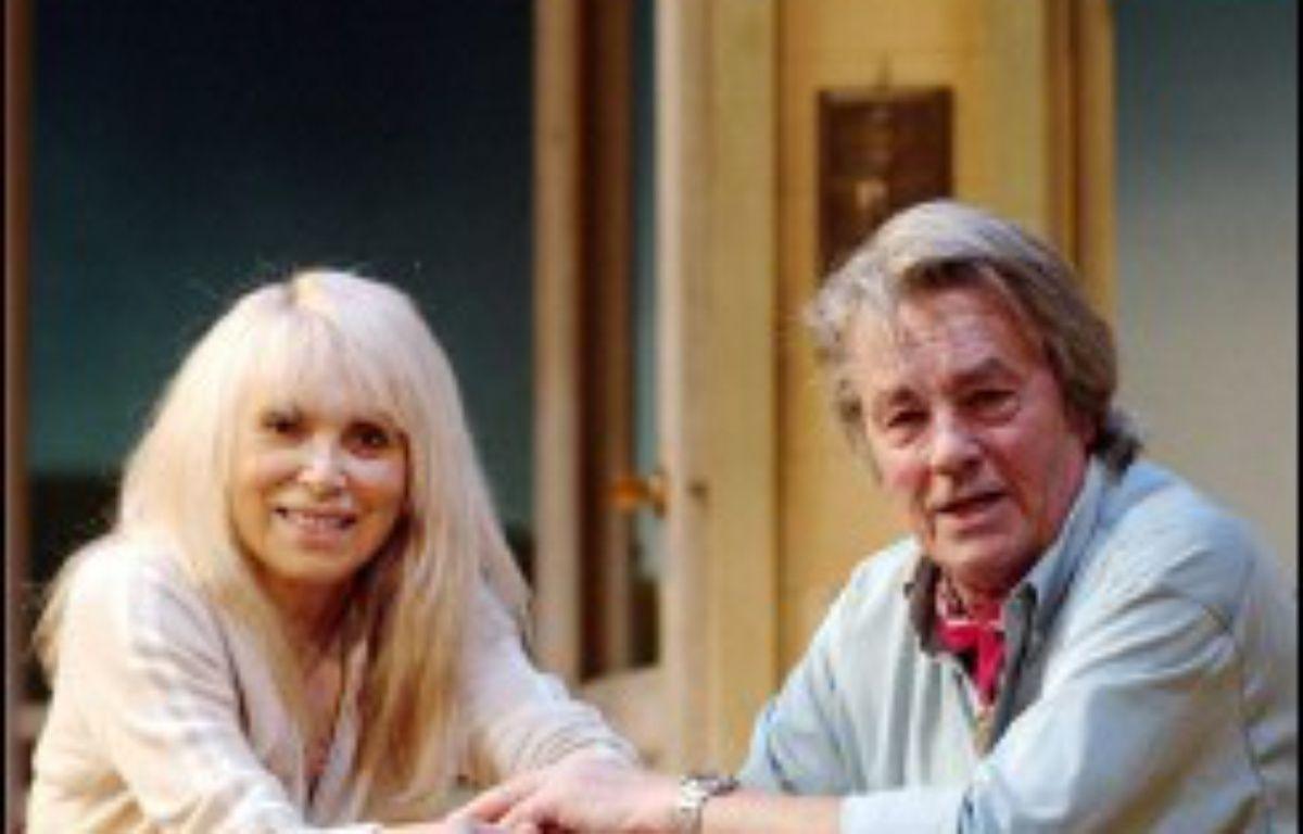 """Mireille Darc et Alain Delon, couple légendaire, partagent pour la première fois l'affiche d'une pièce à partir de mardi sur la scène du théâtre Marigny à Paris, dans une adaptation du livre """"Sur la route de Madison"""" aux troublantes résonances autobiographiques. – Martin Bureau AFP"""