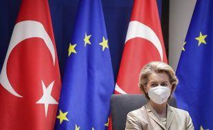 La présidente de la Commission européenne, Ursula von der Leyen, devant les drapeaux de la Turquie et de l'Union européenne, à Bruxelles le 19 mars 2021.