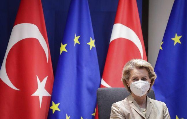 648x415 la presidente de la commission europeenne ursula von der leyen devant les drapeaux de la turquie et