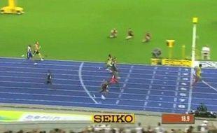 Capture d'écran du passage de la ligne d'Usain Bolt lors du 200 m des Mondiaux de Berlin 2009.