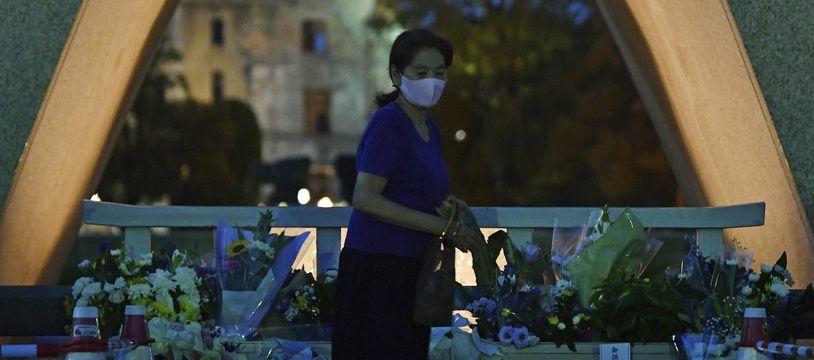 Une femme venue rendre hommage aux victimes du bombardement d'Hiroshima, le 5 août 2020.
