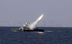 Un tir de missile de moyenne portée iranien dans le détroit d'Hormuz (mer d'Oman), dimanche 1er janvier 2012