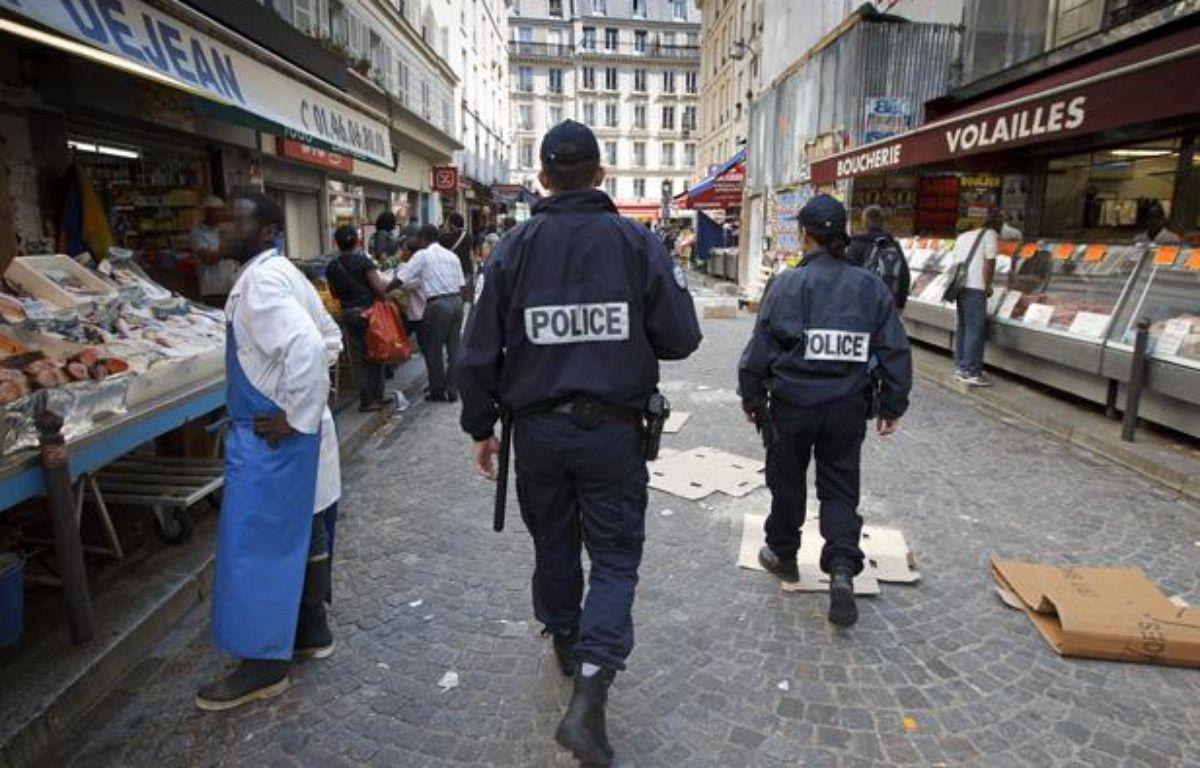 Patrouilles de police de proximité dans la Zone de Sécurité Prioritaire  établie autour de la station de métro Chateau Rouge dans le 18e à Paris le 25 avril 2013. – A. GELEBART / 20 MINUTES