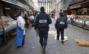 Patrouilles de police de proximité dans la Zone de Sécurité Prioritaire  établie autour de la station de métro Chateau Rouge dans le 18e à Paris le 25 avril 2013.