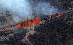De la lave s'échappe du cratère du Piton de la fournaise, le 15 septembre 2018 (image d'illustration).