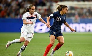 La joueuse de l'équipe de France Delphine Cascarino face à la Norvégienne Guro Reiten, le 12 juin 2019.