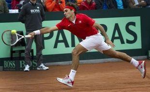 La Suisse, emmenée par un Roger Federer intraitable, a battu les Pays-Bas 3 à 2 dimanche sur la terre battue d'Amsterdam, pour se maintenir dans le Groupe mondial de la Coupe Davis de tennis.