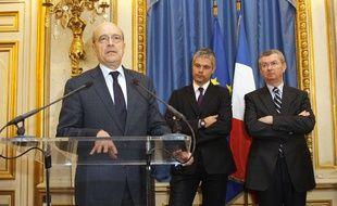 Alain Juppé s'exprime lors de la passation de pouvoirs au ministère des Affaires Etrangères, sous le regard d'Henri de Raincourt et Laurent Wauquiez, le 1er mars 2011.