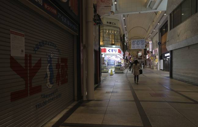 Une rue commerçante d'Osaka, où le seul magasin ouvert est une pharmacie, le 22 avril 2020.