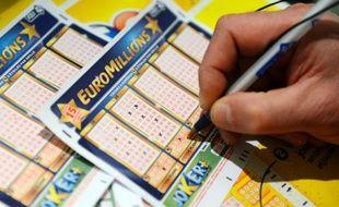 Après sept tirages consécutifs sans gagnant, la cagnotte de 187.937.614 euros de la loterie européenne a été partagée mardi soir entre un joueur belge et un joueur irlandais, a annoncé la Française des Jeux à l'AFP.