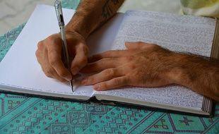 Un homme écrivant son journal.