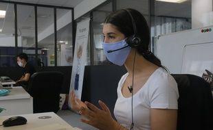 Une salariés masquée, à Paris.