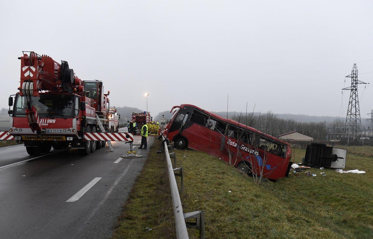 Un accident de bus, survenu le 8 janvier 2017 à proximité du viaduc de Charolles (Saône-et-Loire), a fait plusieurs morts. – PHILIPPE DESMAZES / AFP