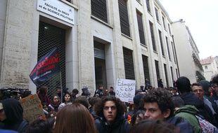 Des étudiants manifestant en avril 2018 devant la fac de droit à Montpellier, lors de sa réouverture, quelques jours après les faits.