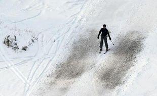 Un skieur sur une pente peu enneigée du domaine de Val-d'Isère, en Savoie, le 20 décembre 2014