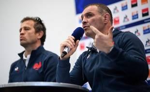 Raphaël Ibanez (au premier plan) et Fabien Galthié en conférence de presse avant Galles-France, le 20 février 2020.