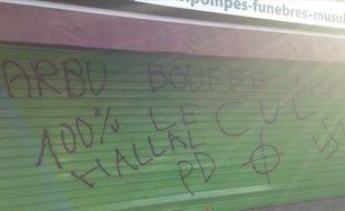 Des inscriptions islamophobes et homophobes ont été découvertes sur le rideau métallique d'une entreprise de pompes funèbres musulmanes à Toulouse, le 6 décembre 2015.