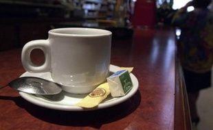 """Le café au restaurant coûte en moyenne 1,73 euro mais les prix vont de 1 à 6 euros selon les établissements, selon une enquête réalisée pour le ministère de l'Economie qui """"n'étonne pas"""" les professionnels interrogés par l'AFP."""