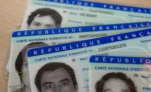 Des cartes d'identité. (Illustration)
