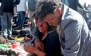 Une femme blessée dans une double explosion meutrière le 10 octobre 2015 à Ankara