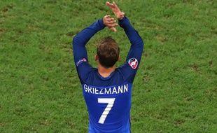 Antoine Griezmann applaudit le public du Vélodrome après France-Allemagne.