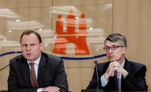 Le e ministre de l'Intérieur de la ville-Etat de Hambourg, Andy Grote (G) et le président de lapolice de la ville-Etat, Ralf Martin Meyer, lors d'une conférence de presse, le 29 juillet 2017.