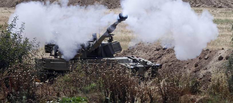 Sderot, le 16 Mai 2021. Un blindé israélien fait feu sur la bande de Gaza depuis sa position aux abords de la ville de Sderot.