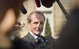 Le ministre de la Défense (UMP) Gérard Longuet a comparé lundi le candidat PS à la présidentielle François Hollande avec le capitaine du paquebot Costa Concordia qui s'est échoué sur les côtes italiennes.