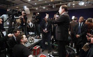 Eric Besson, ministre de l'Immigration, répond aux journalistes au siège de l'UMP après le second tour des régionales.