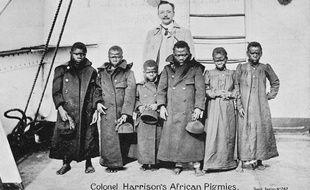 Au début du XXe siècle, le colonel Harrison amène six Pygmées au Royaume-Uni, où ils feront sensation.