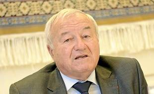 Il est maire de Cannes depuis 2001.