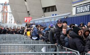 Des supporters font la queue pour entrer au Parc des Princes (photo d'illustration).