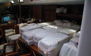 Photo fournie le 18 avril 2015 par les douanes françaises et montrant des paquets de cocaïne saisis à bord d'un voilier au large de la Martinique le 16 avril 2015