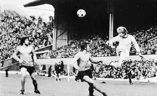 Vous aurez évidemment reconnu le bourreau préféré des Français Karl-Hein Rummenigge (à droite), ici au duel avec Patrick Revelli, lors de la finale du 12 mai 1976.