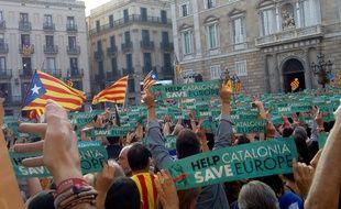 «Help Catalonia, save Europe» brandissent les Catalans, place Saint Jaume, à Barcelone le 27 octobre 2017.