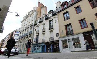 La rue du Capitaine Dreyfus, dans le centre-ville de Rennes, où un bâtiment menaçant de s'effondrer est à l'abandon.