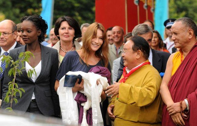 Rama Yade et Carla Bruni en compagnie de Sogyal Rinpoché le 22 août 2008, lors de l'inauguration du Lérab Ling à Roqueredonde (Hérault).
