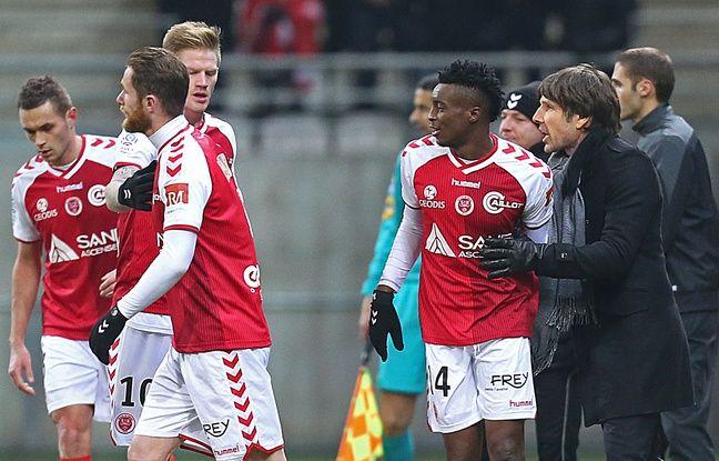 Jean-Luc Vasseur félicite ici Benjamin Moukandjo après un but inscrit en Ligue 1 avec le Stade de Reims, en février 2015.