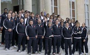 """Nicolas Sarkozy a reçu mercredi à l'Elysée les joueurs de l'équipe de France de rugby, finalistes malheureux dimanche de la Coupe du monde face à la Nouvelle-Zélande (7-8), dont il a célébré le """"courage"""", la """"bravoure"""" et la """"générosité""""."""