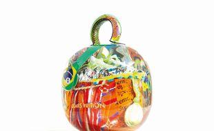 Le sac a été entièrement réalisé à la main par l'artiste.