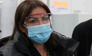 Derrière le masque et les lunettes, Anne Hidalgo, la maire de Paris. (Illustration)
