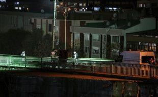La police scientifique enquête sur le site d'une explosion dans le métro d'Istanbul, le 1er décembre 2015