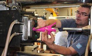 Démoulage de La Tour est folle, dans l'usine Viel Plastiques d'Oyonnax (Ain), le 2 octobre 2013.